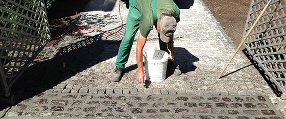 Bauarbeiter beim verlegen eines Pflastersteinweges